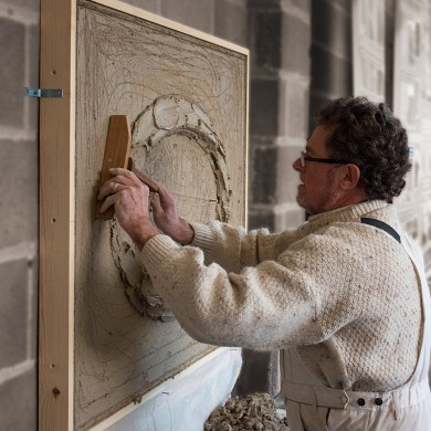 Master plasterer, Jeff Orton, using a tramel to set out, and run / create a moulded 'Prompt', Natural Cement, Lime Plaster ellipse